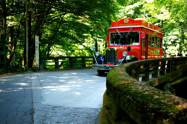 二手橋を通りかかるバス