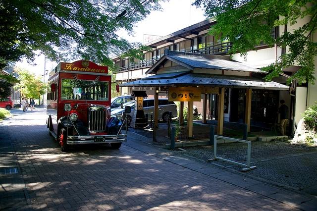 つるや旅館と赤いバス