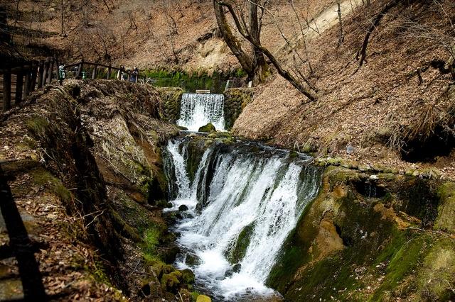 緑が生える前の白糸の滝