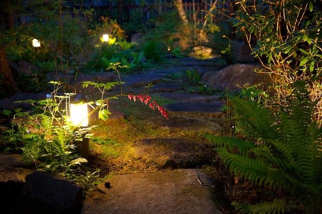 夕暮れのつるや旅館の中庭