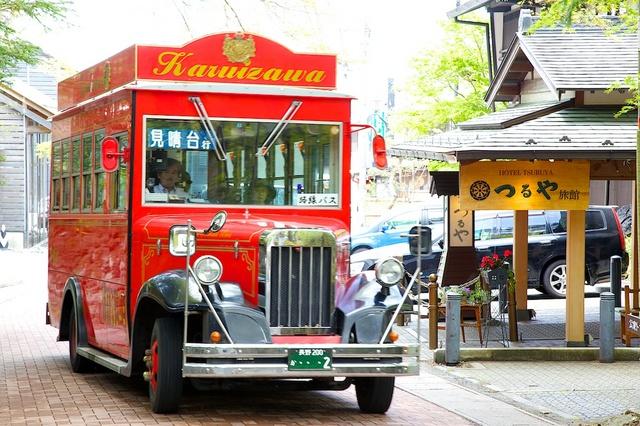 赤いバスとつるや旅館